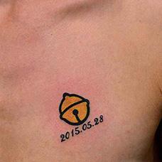 胸前黄色铃铛纹身图案