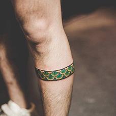小腿绿色鳞片脚环纹身图案