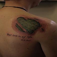 肩部绿色撕皮鳞片纹身图案