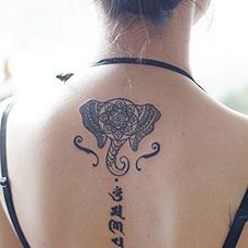 背部六字真言和抽象纹身图案