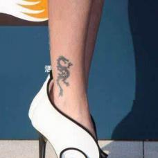 美女明星小s脚踝龙图案纹身