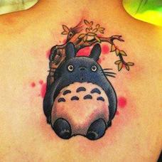 美女背部龙猫纹身图案