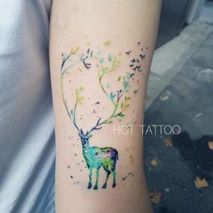 手臂小清新鹿纹身,水彩鹿和飞鸟纹身图案