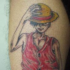小腿上的动漫海贼王路飞纹身图案