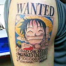 大臂上的海贼王路飞纹身图案