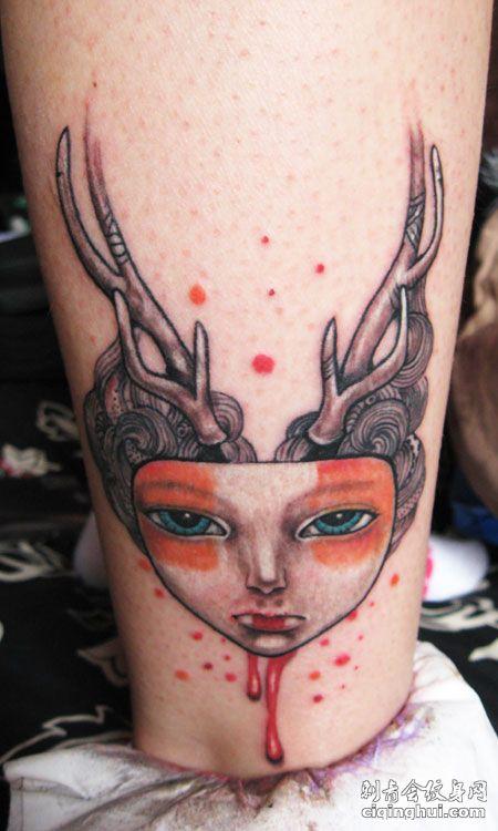 小腿上的鹿角女纹身图案图片