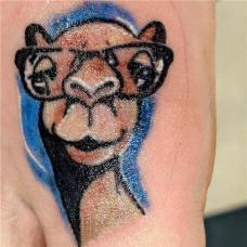 大臂上骆驼头特写纹身图案