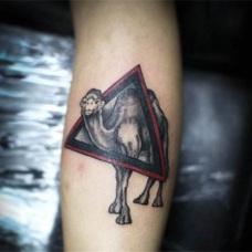 手臂上黑色骆驼几何纹身