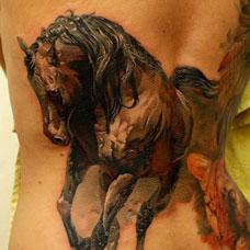 背部奔跑的马纹身图案