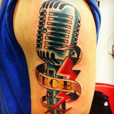 大臂麦克风字母纹身图案