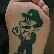 脚底马里奥纹身图案