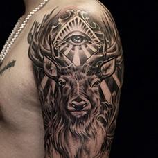 大臂写实的马鹿纹身图案