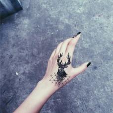 社会女生虎口马鹿纹身图案
