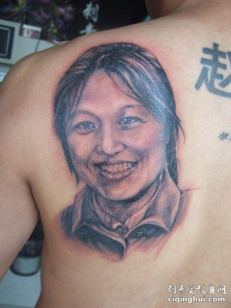 后背妈妈肖像纹身图案
