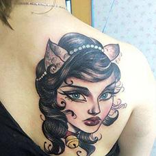 女生背部猫女郎纹身图案