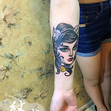 小臂猫女郎纹身图案