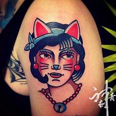 大臂猫女郎纹身图案