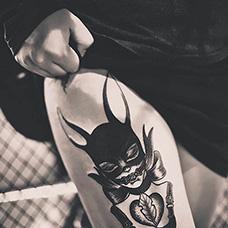 大腿个性猫女纹身图片