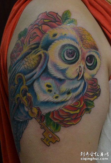 手臂彩色猫头鹰纹身图案
