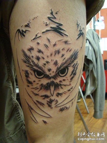 大腿简约的猫头鹰纹身图案