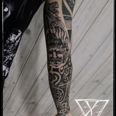 经典的黑色玛雅图腾花臂纹身