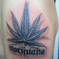手臂上的大麻叶与字母纹身