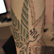 小腿大麻叶与文字纹身