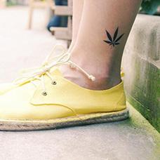 脚踝黑色麻叶纹身图片