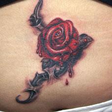 腹部穿皮玫瑰纹身图案