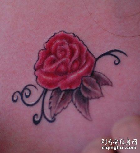 颈部玫瑰花纹身图案