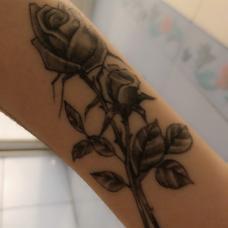 手臂半永久黑色玫瑰花图案果汁纹身