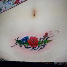 刨腹产刀口遮盖玫瑰花图案纹身图片