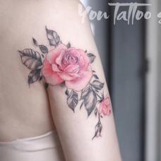 女生后背玫瑰花图案胎记遮盖纹身