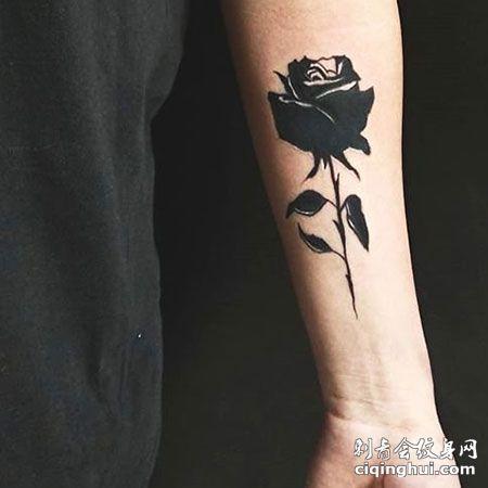 暗黑系水墨风手臂唯美玫瑰花纹身图
