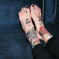 脚背上玫瑰花oldschool纹身