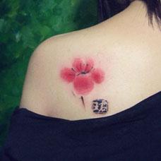 肩部性感梅花纹身图片