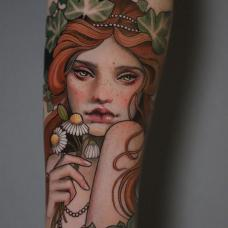 手臂手拿花朵的美人纹身图案
