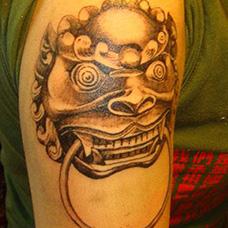 大臂狮子门环纹身图片