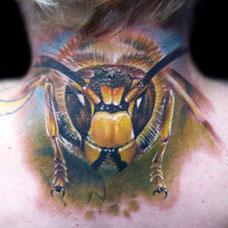 颈部后面的蜜蜂纹身图案