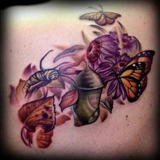 腹部的蝴蝶蜜蜂纹身图案