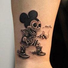 小臂上的骷髅米老鼠纹身图案