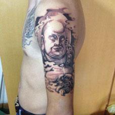 大臂闭眼的弥勒佛纹身图案