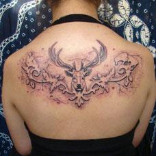 背部麋鹿头纹身图案