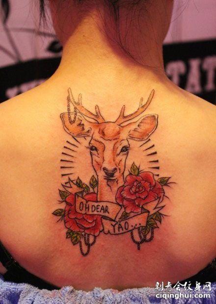 美女背部玫瑰与麋鹿纹身图案