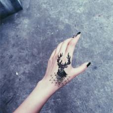 女生虎口手背麋鹿纹身图片