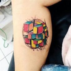 小腿彩色魔方抽象纹身图案