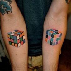 双臂上经典魔方纹身图案