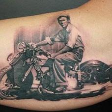 大臂骑着摩托车的男人纹身图案