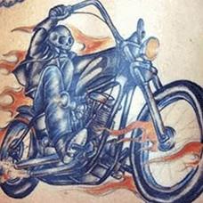 背部骷髅摩托车纹身图案