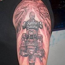 大臂骑摩托车的男人纹身图案